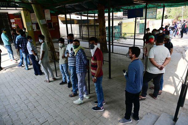 """印度首都陷入""""疫苗荒"""" 150多个接种点一天内全关停"""