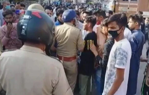 印度17岁男孩违反宵禁外出卖菜 被警察殴打致死