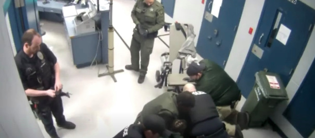 美国一嫌犯被多名警察跪压致死 曾反复说无法呼吸