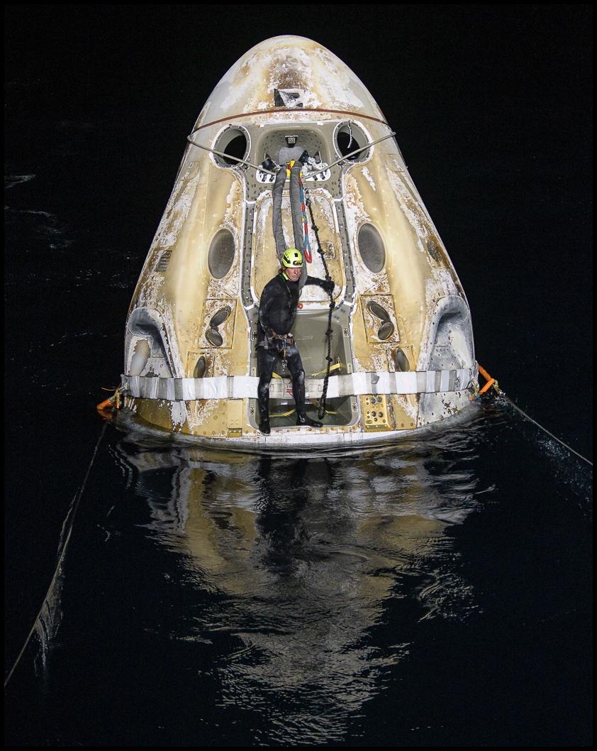 """美国""""龙""""飞船载4名宇航员返回地球 创造美国新历"""