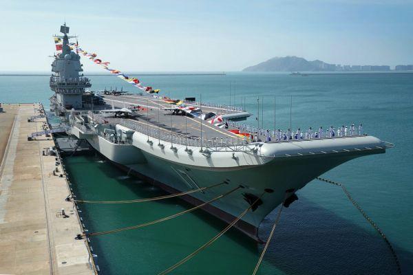 2019年12月17日,我国第一艘国产航空母舰山东舰在海南三亚某军港交付水师。新华社
