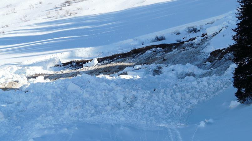 俄罗斯布里亚特发生雪崩 已致1人死亡2人失踪