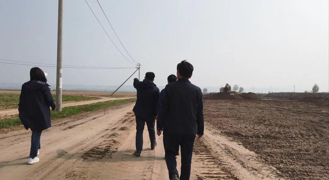 督察组成员在黄河湿地保护区的核心区内进行检查