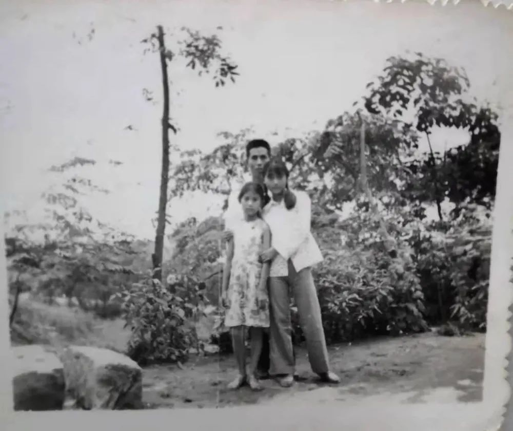 ▲万荣华和他的两个女儿