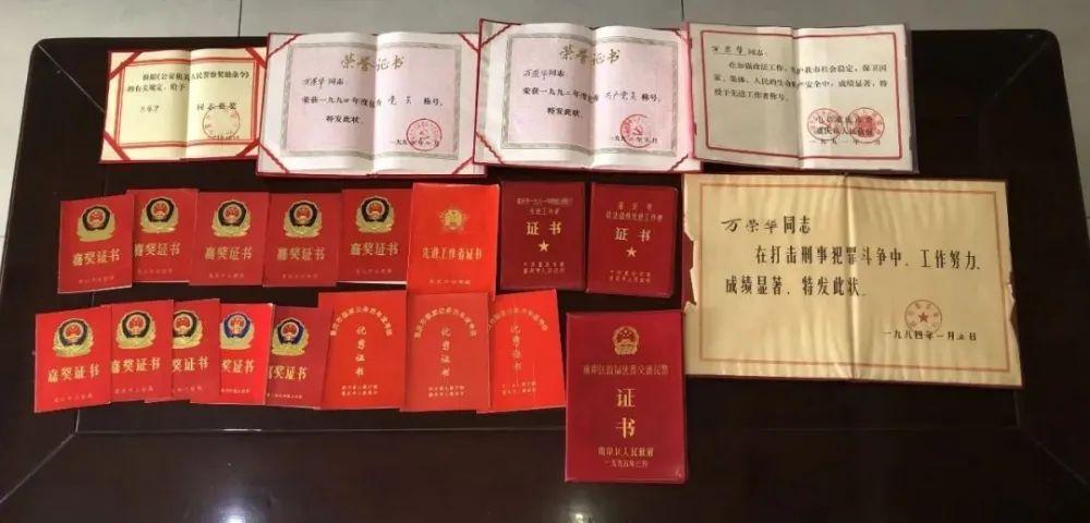 ▲万荣华获得过的证书奖状
