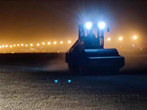 大兴机场完成春季土面区平整碾压工作