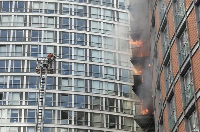 英媒:伦敦一19层公寓楼发生火灾,20辆消防车和约125名消防员赴现场救火