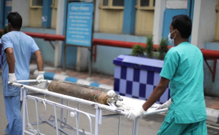 印度2名医护黑市高价贩卖氧气瓶 被警方逮捕