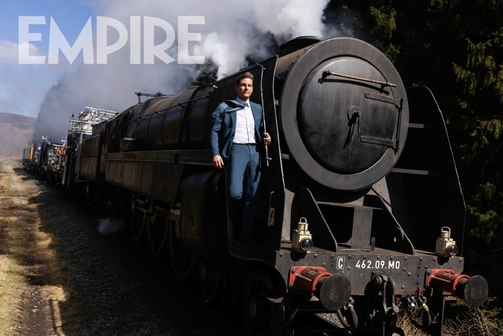 《碟中谍7》汤姆克鲁斯新剧照 西装笔挺扒火车头