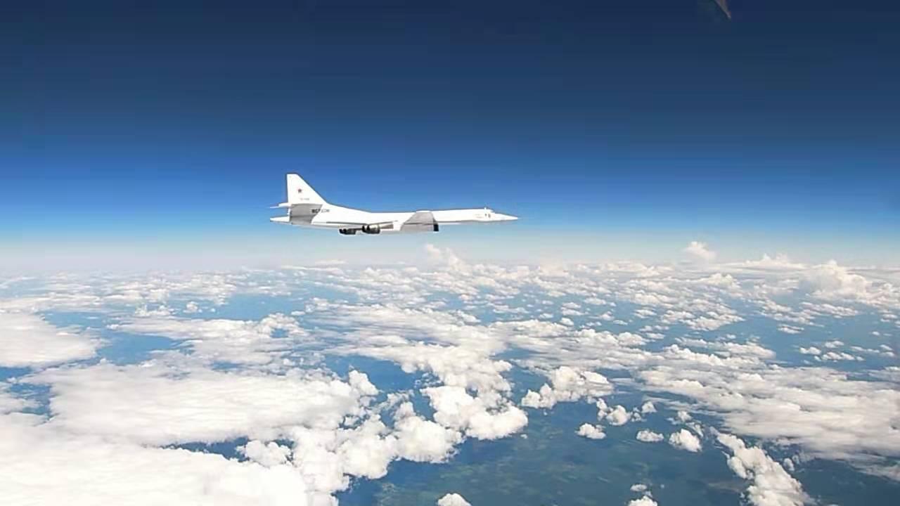 俄军两架图-160轰炸机例行飞行 西方多国军机伴飞