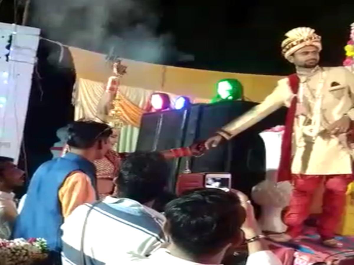 印度新娘婚礼现场向空中开枪 吓坏新郎和宾客