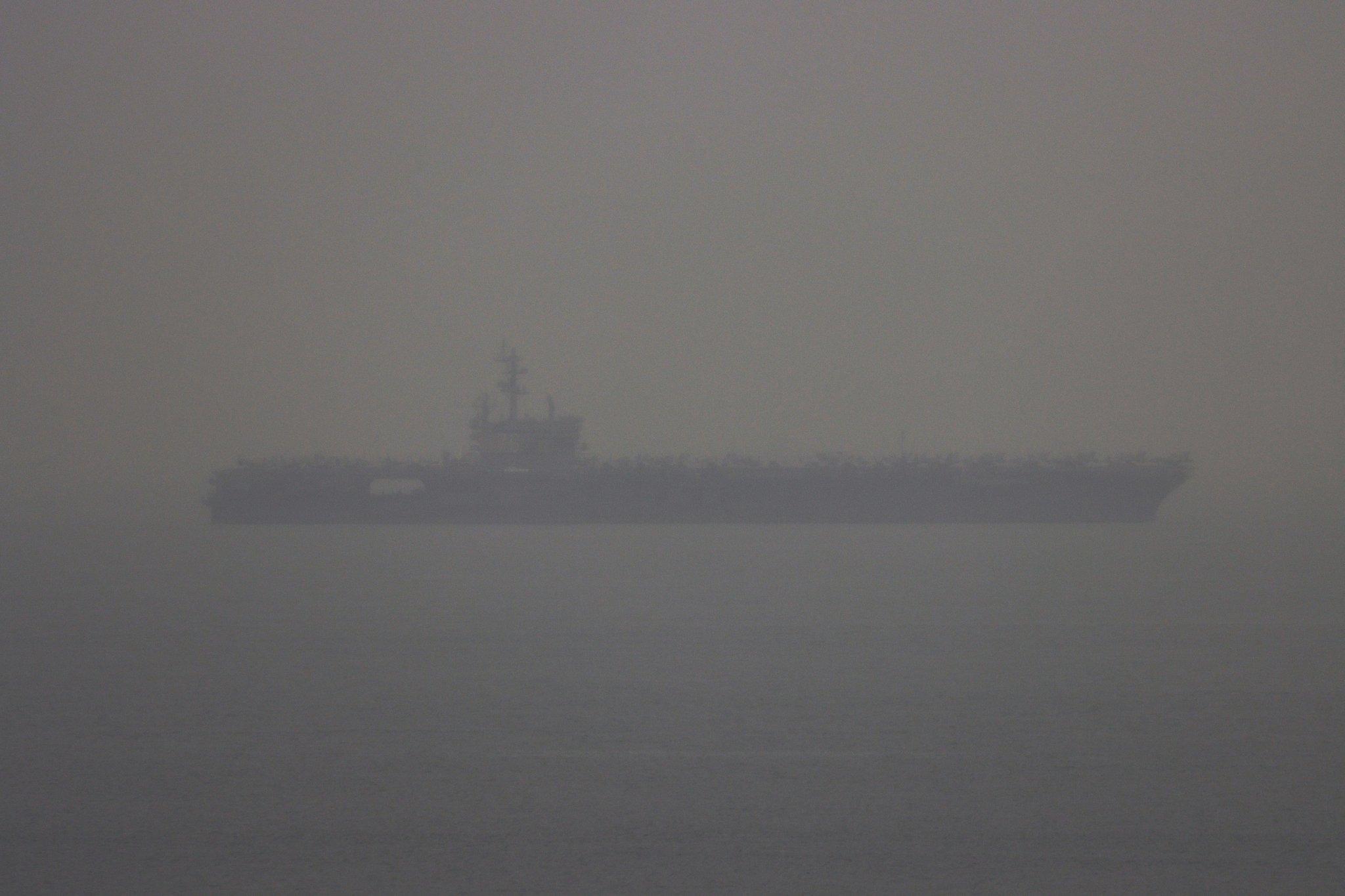 """美軍""""羅納德·里根""""號航母編隊18日離開南海,正通過新加坡向印度洋方向駛去 圖源:社交媒體"""