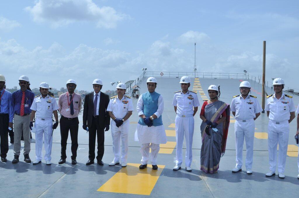 印度国产航母新照曝光 防长登舰后宣布:明年服役!