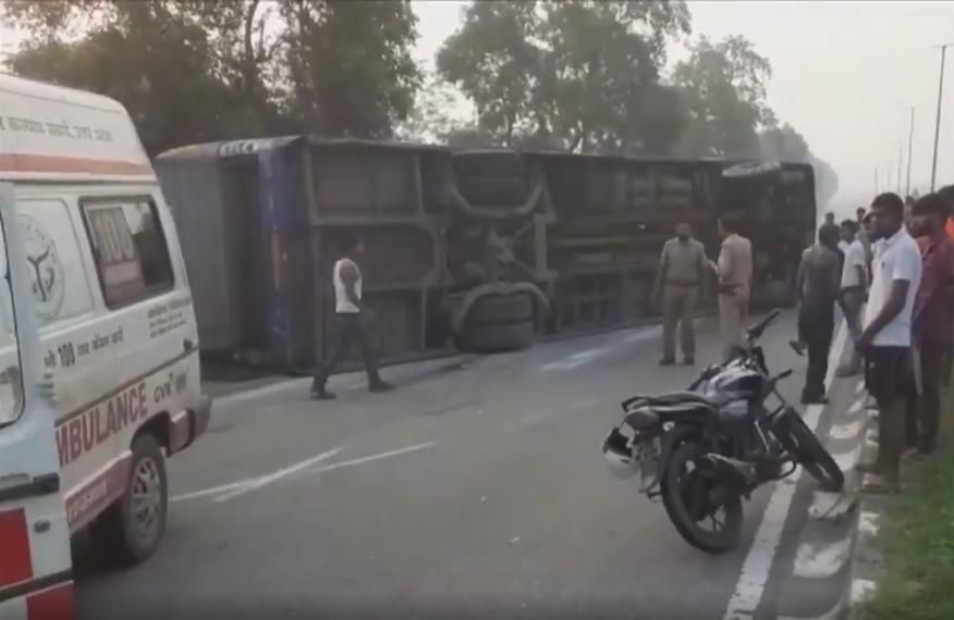 印度载有60人大巴与卡车在高速公路相撞 至少4人死亡