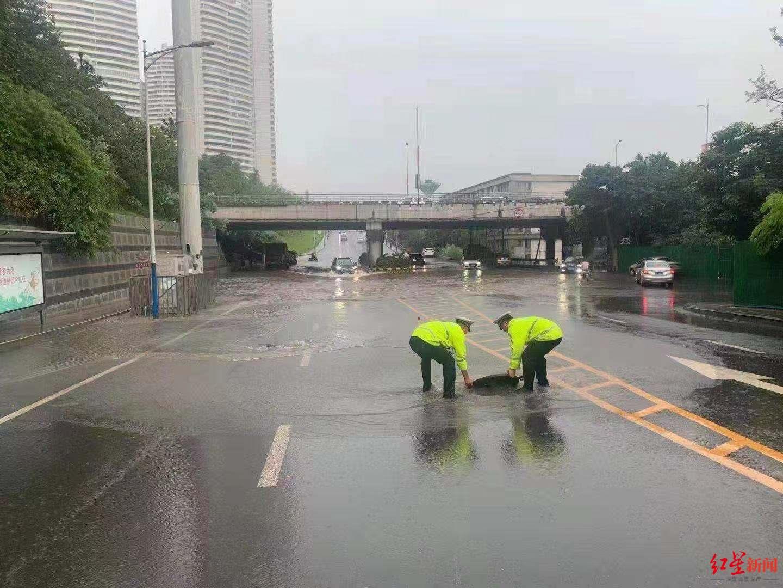 四川宜宾遭遇强降雨致城区多处内涝 交警暴雨中疏导交通