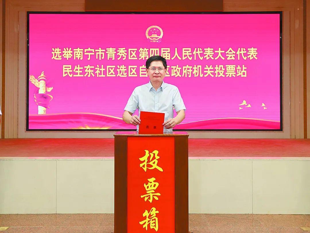 鹿心社蓝天立孙大伟等自治区四家班子领导参加投票选举人大代表