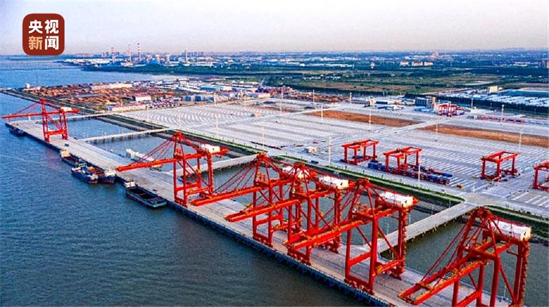 长江流域首个堆场自动化码头正式启用