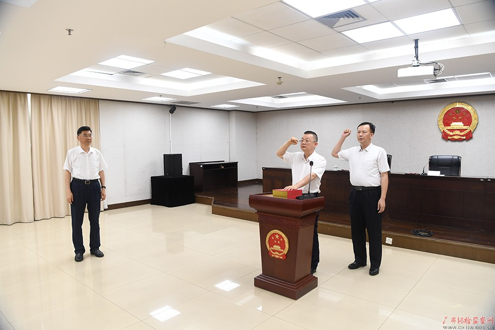 「杏悦」自治区监委举行新任委杏悦员宪法宣誓仪图片