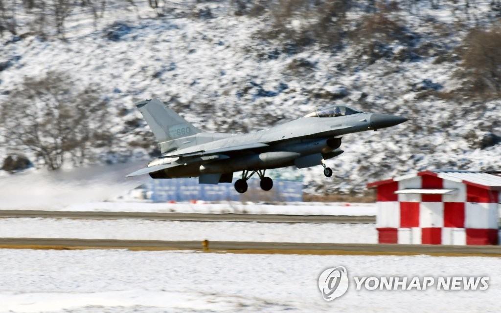 韩国一架KF-16战机起飞滑行中故障 飞行员紧急逃脱