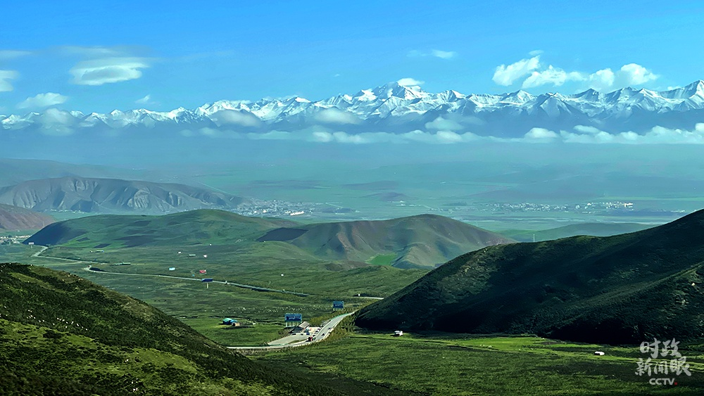 △从海北州门源县,能远眺到祁连山脉。(总台央视记者杨新禹拍摄)