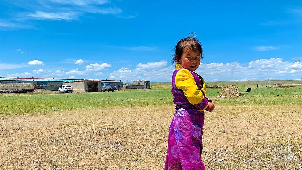 △俏皮的刚察县藏族女孩儿(总台央视记者范一鸣拍摄)