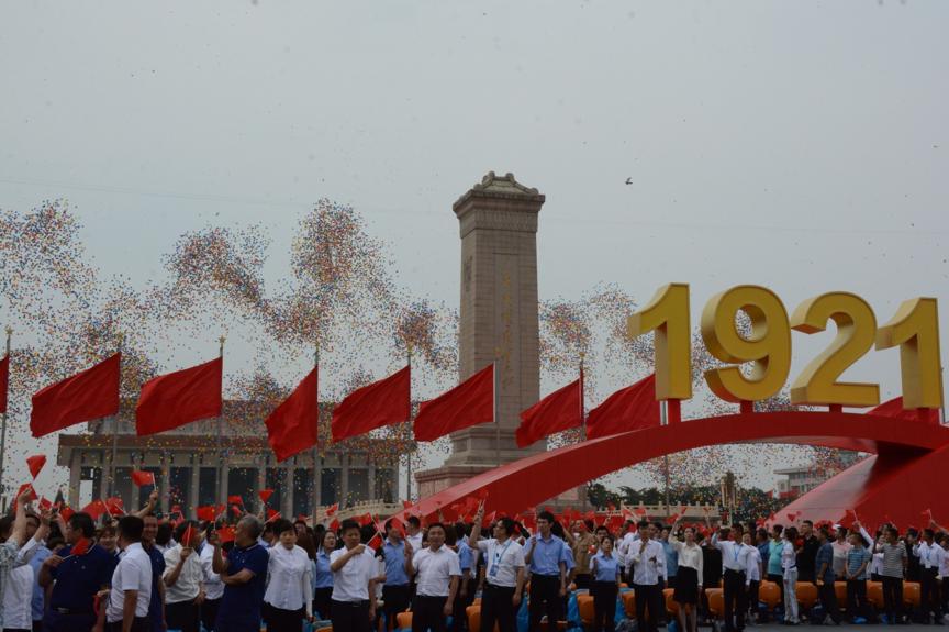 天安门广场飞起10万气球!球幕是这样升起的