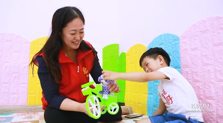育婴师陪伴宝宝快乐成长。长城网记者 胡晓梅 摄