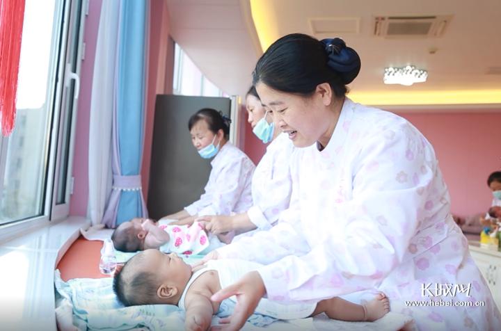河北福嫂在为宝宝做抚触。长城网记者 胡晓梅 摄