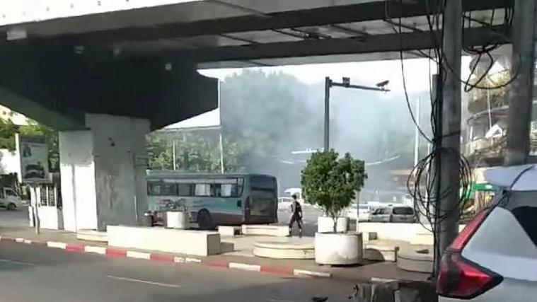 缅甸仰光米尼贡立交桥上发生爆炸 一辆警车被炸毁
