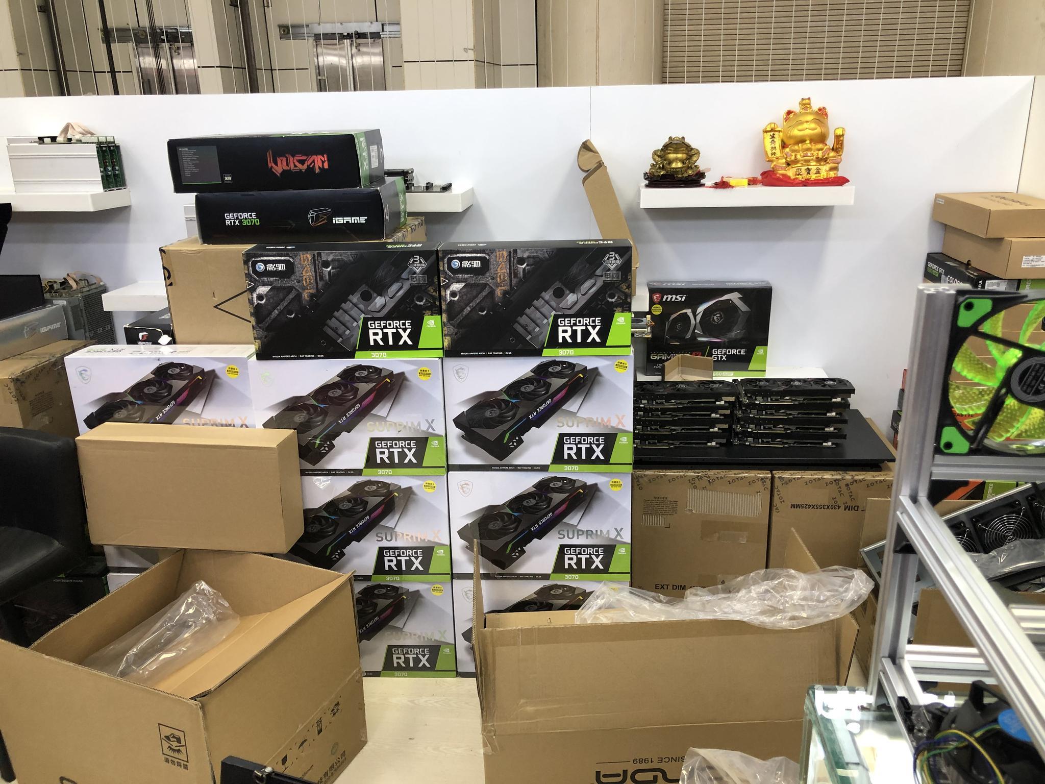 在深圳華強北電子市場,熱門顯卡在店內堆積成一座座小山。(圖片來源:時代周報記者攝)