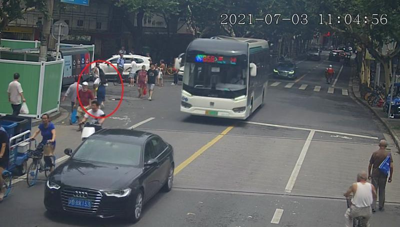 """高温天,上海一4岁女童被独自留在车内,大汗淋漓呼喊""""妈妈"""",幸亏……"""