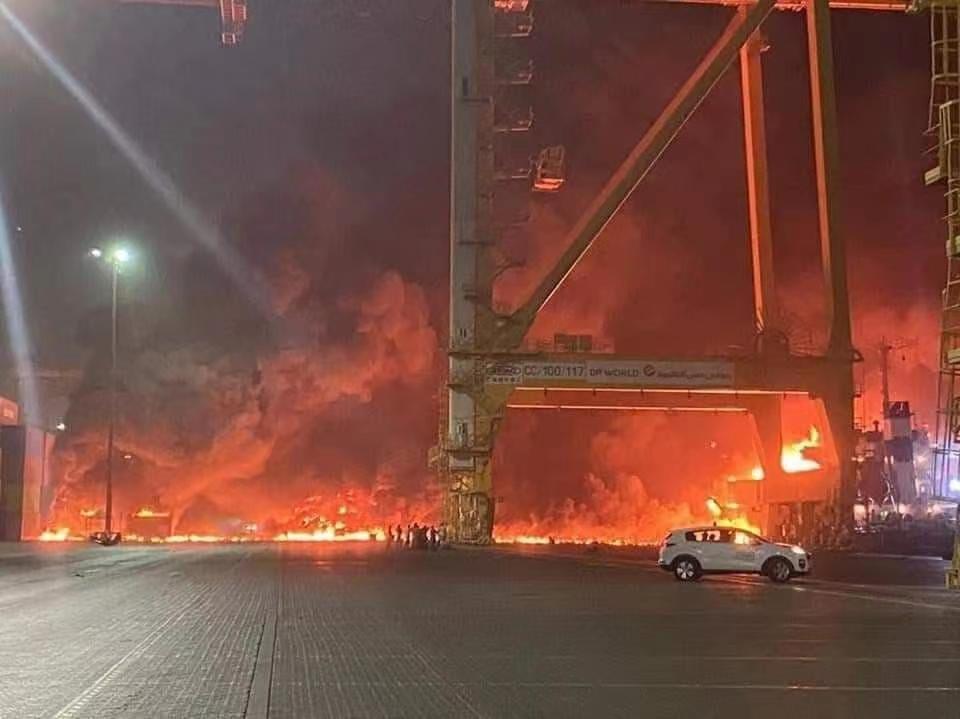 阿联酋迪拜杰贝阿里港口发生火灾