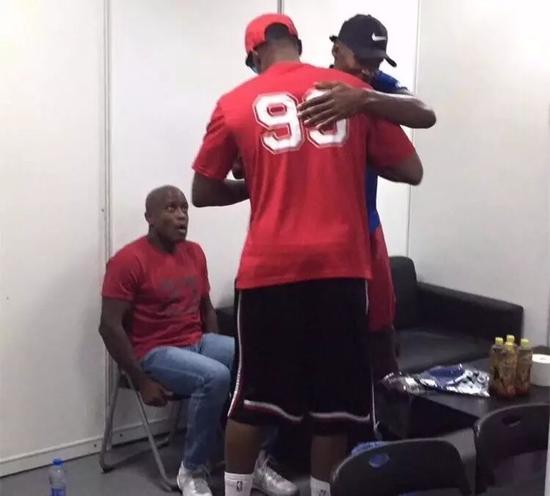 一笑泯恩仇!这是今夏篮球圈最美好的拥抱