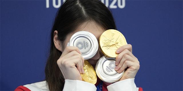 游泳小天后張雨霏展示四塊獎牌