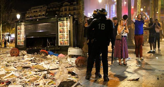 法国夺冠游行再爆骚乱 现场一片狼藉