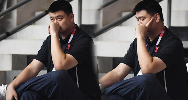 姚明观看2018亚运会女篮比赛大佬范儿