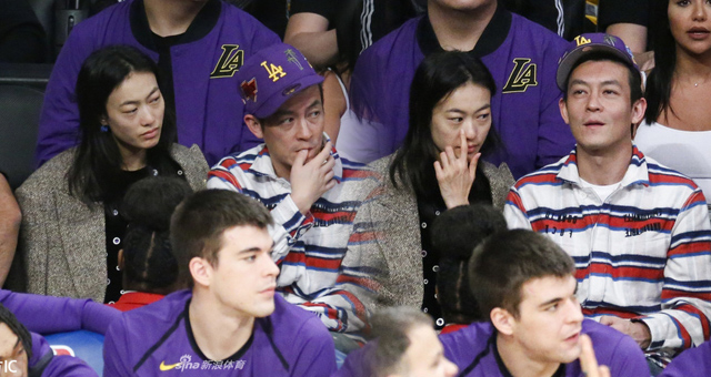 陈冠希携妻子观战湖人比赛