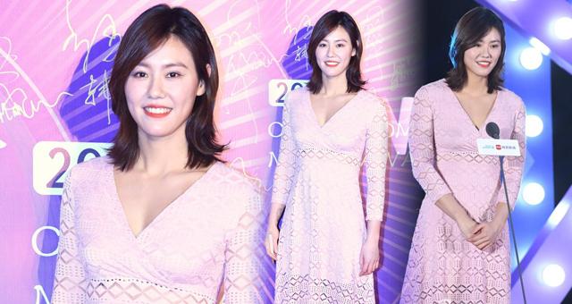 刘湘粉色长裙尽显女性魅力