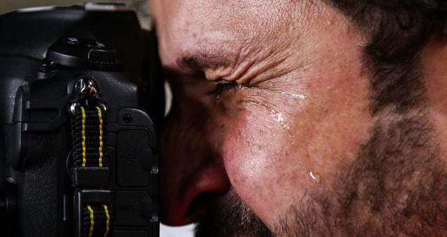 动容一刻!伊拉克摄影师含泪工作