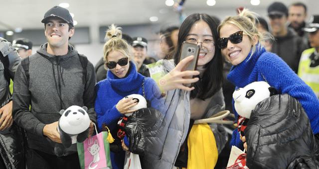卡卡携未婚妻抵达上海受球迷追捧