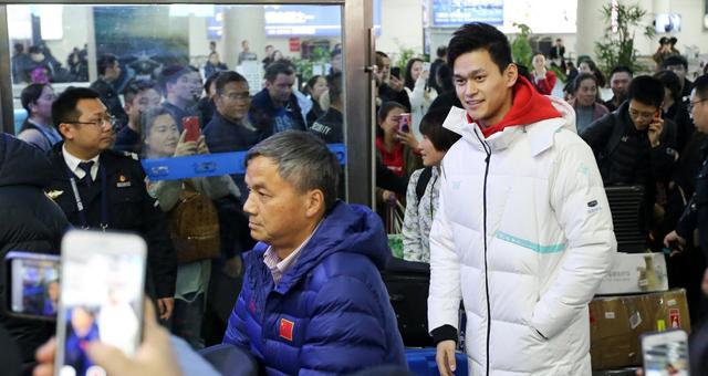 全国冠军赛孙杨抵达青岛 泳迷疯狂追捧