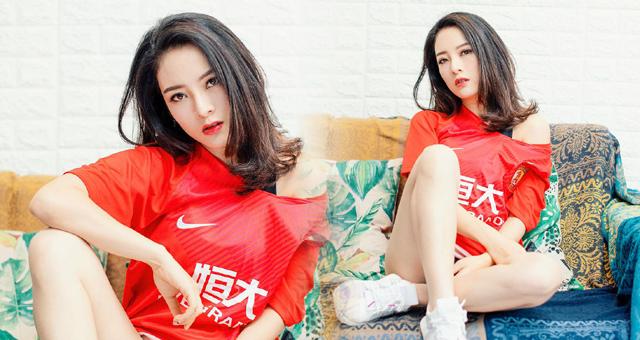 足球宝贝拍写真示爱恒大 长腿迷人