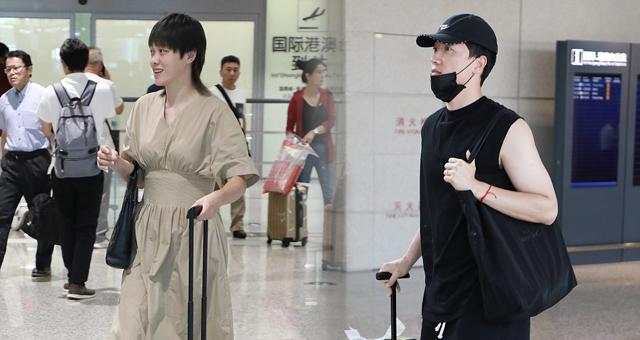 刘翔与妻子现身机场 戴口罩穿潮鞋