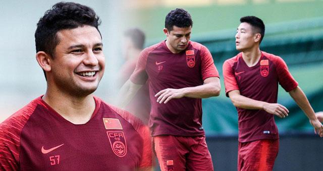 中国男足广州训练备战 艾克森武磊笑容不断