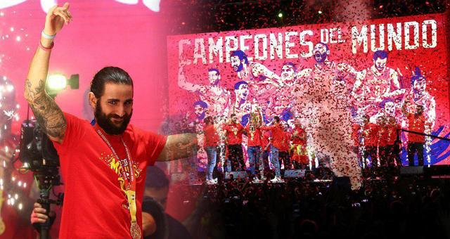 西班牙男篮凯旋受国王首相接见 举行冠军游行