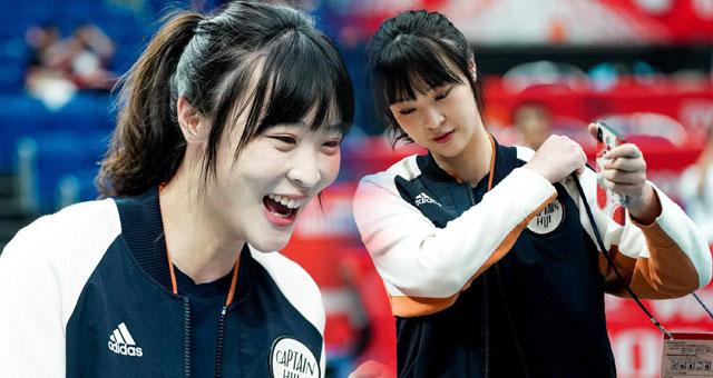惠若琪担任女排解说嘉宾 新刘海造型减龄又少女