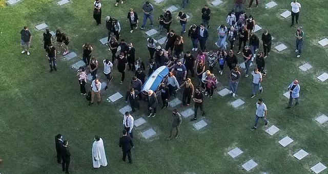 安息!马拉多纳灵柩被护送至公墓下葬