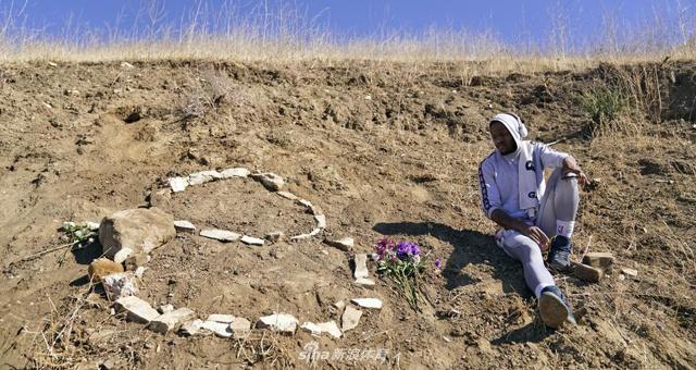 科比去世一周年:球迷来到坠机事故地点纪念传奇
