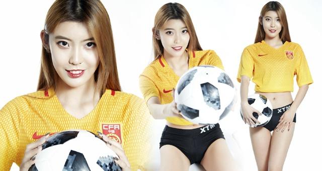 足球宝贝拍写真预祝国足大胜菲律宾