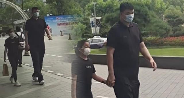 网友偶遇姚明带女儿逛街 父女俩牵手好温馨
